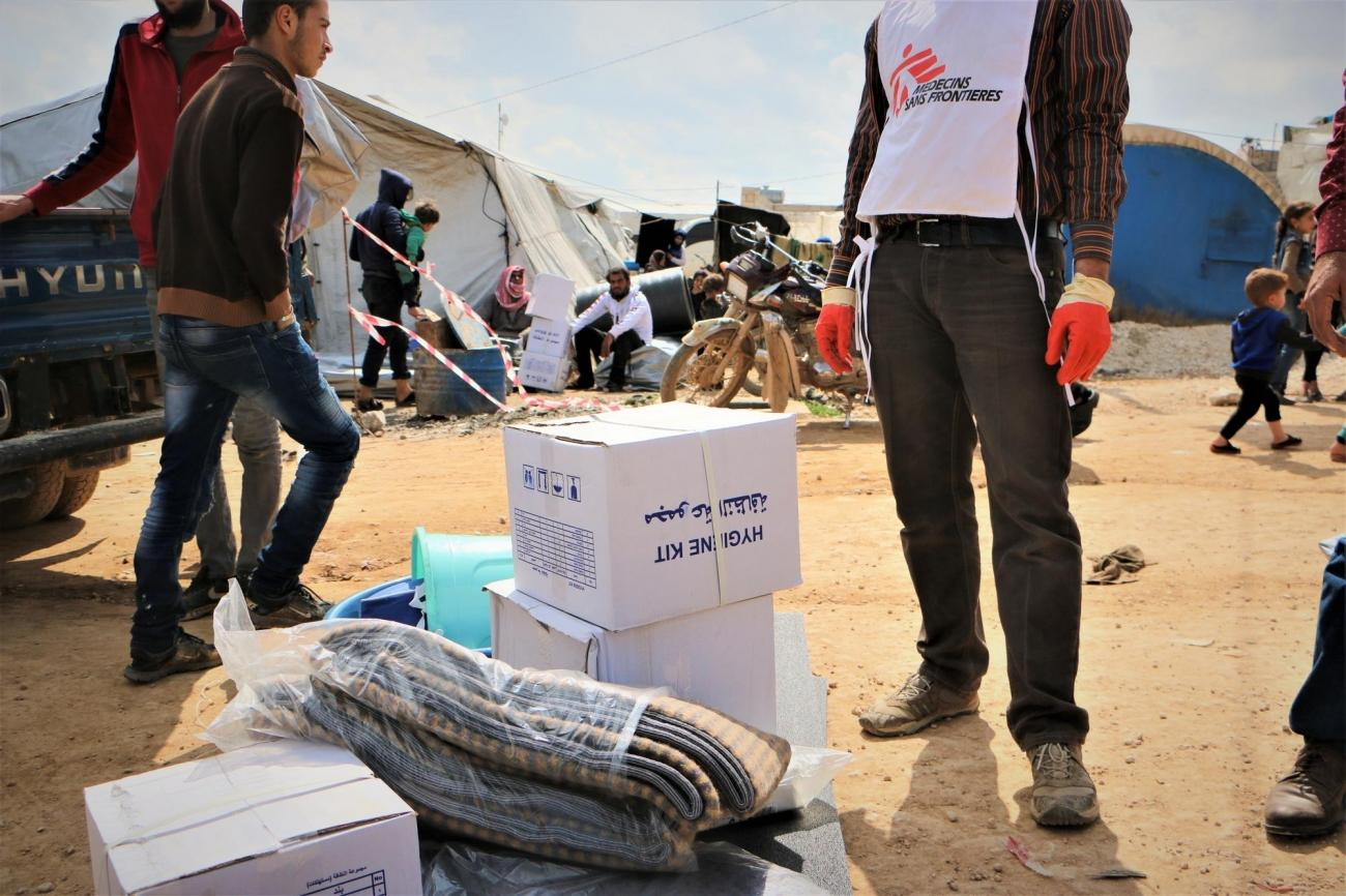 Les équipes MSF distribuent des tentes et des biens de première nécessité dans le campementd'Abo Obeidah. Mars 2020. Syrie.  © Abdul Majeed Al Qareh