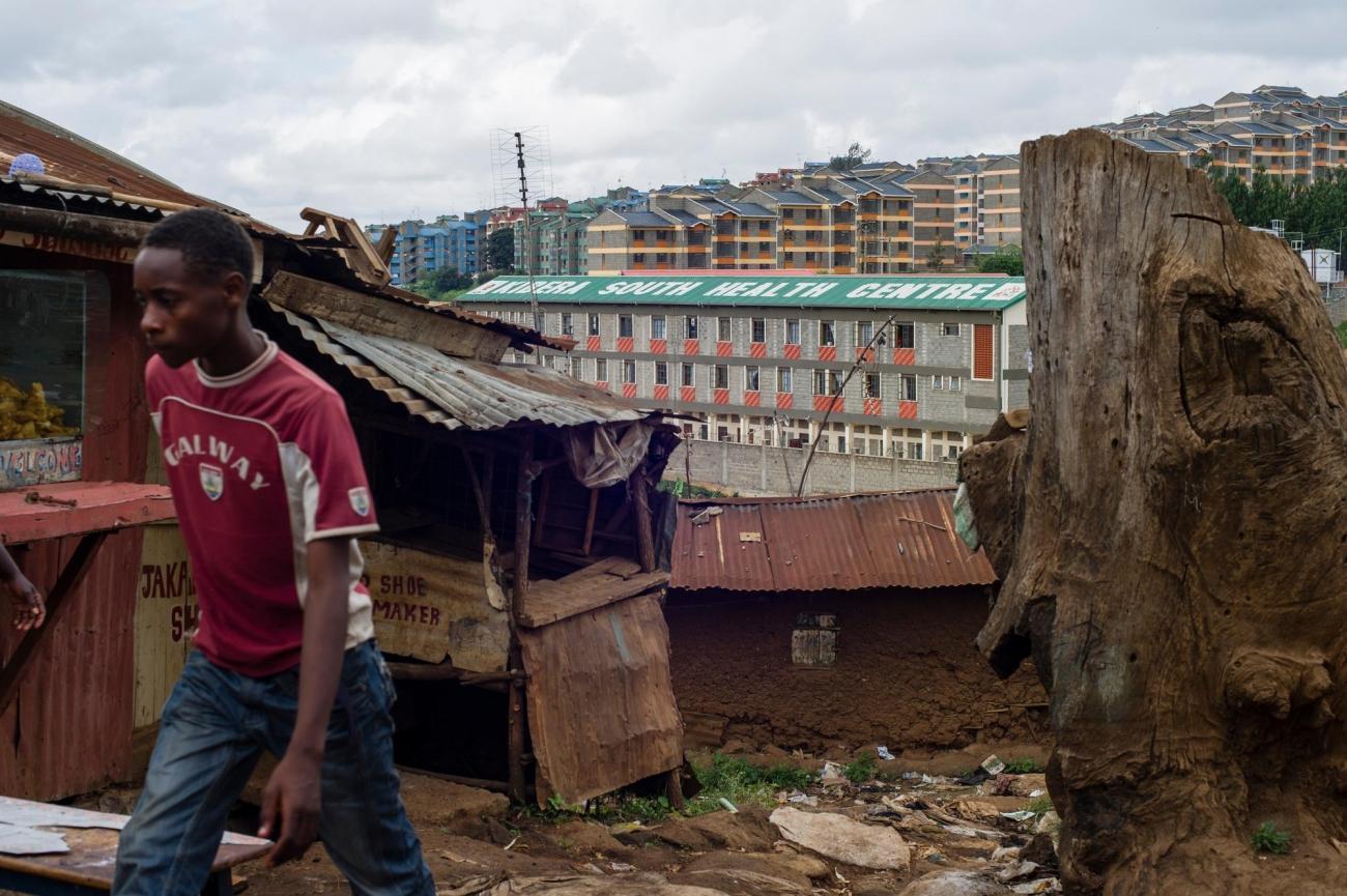 Un homme marche non loin de la clinique MSF de Kibera South, à Nairobi, au Kenya.  © Phil Moore