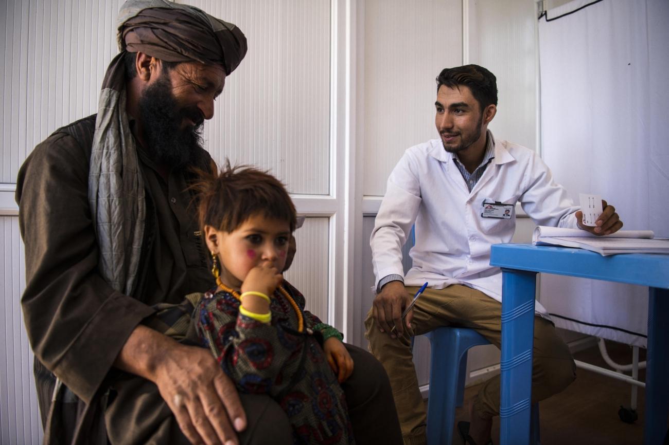 Centre de santé de MSF en périphérie d'Hérat, Afghanistan, août 2019. Bismillah et sa fille Najiba, originaires du district assiégé de Bala Murghab dans la province de Badghis, lors d'une consultation.  © Andrew Quilty