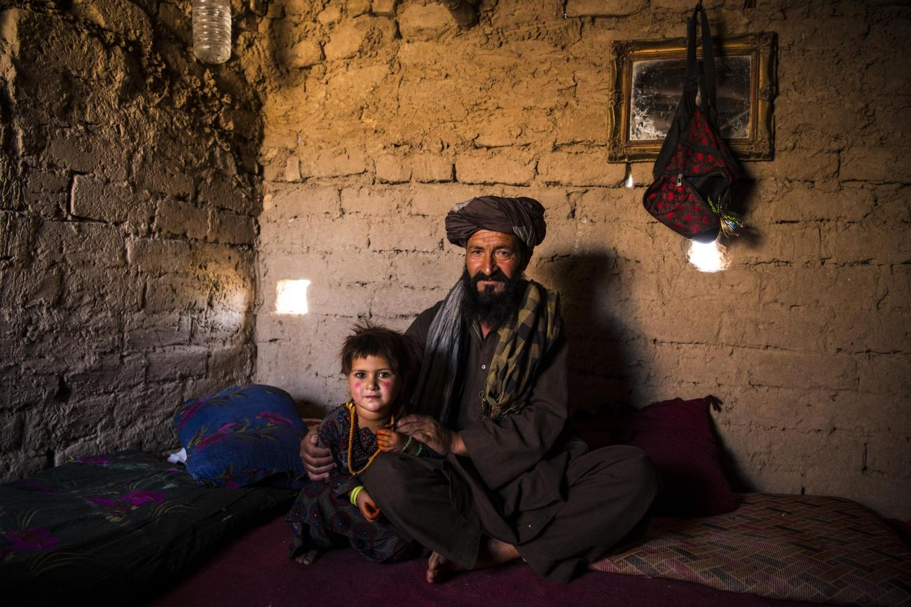 Camp de déplacés de Shahrak-é-Sabz, en périphérie de la ville d'Hérat, Afghanistan, août 2019. Bismillah et sa fille Najiba dans leur minuscule maison construite en briques de terre crue.  © Andrew Quilty