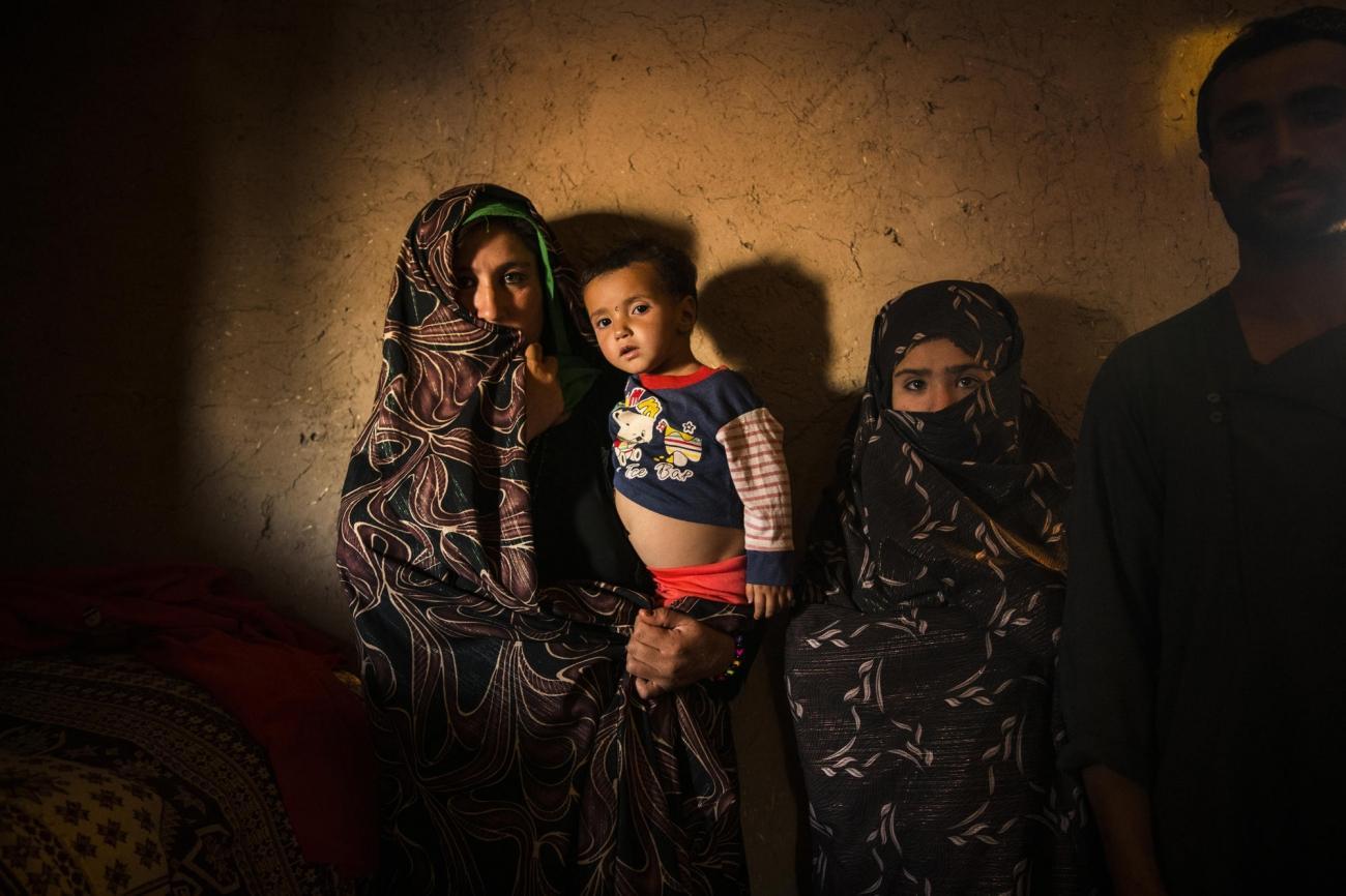 Camp de déplacés de Shahrak-é-Sabz, en périphérie de la ville d'Hérat, Afghanistan, août 2019. Portrait d'une famille à l'intérieur de leur maison.  © Andrew Quilty