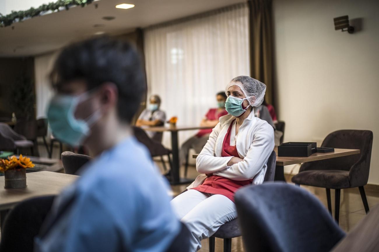 """Une équipe mobile de MSF donne des conseils au personnel de la maison de retraite """"Résidence Christalain"""", à Jette, Bruxelles.  © Olivier Papegnies"""