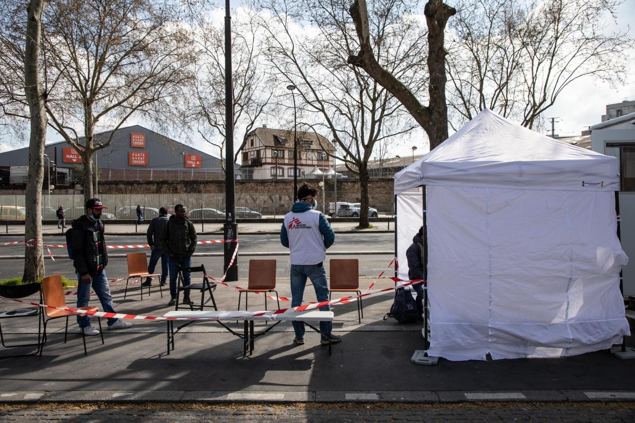 Les personnes qui vivent dans la rue sont particulièrement vulnérables au coronavirus. Pour leur assurer un accès continu aux soins, la clinique mobile de MSF propose des soins de santé primaire à Paris et en banlieue. Porte de la Villette, Paris, le 31 mars 2020.  © AGNES VARRAINE LECA/MSF