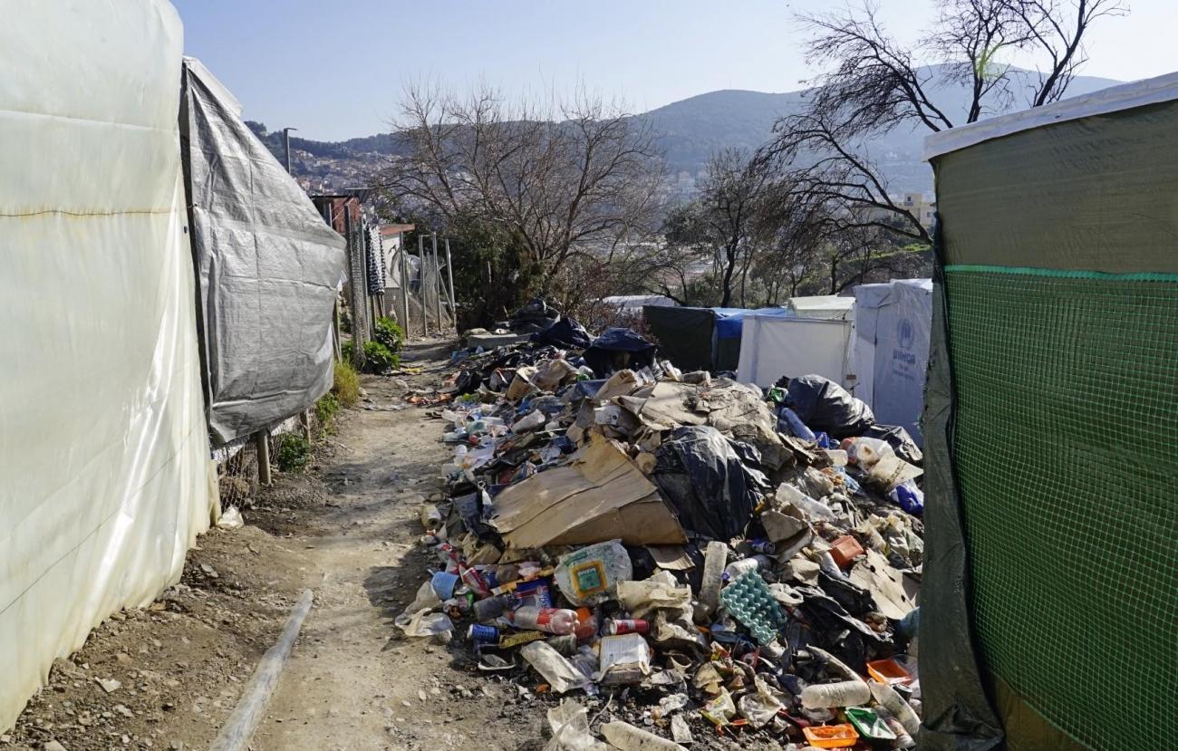 Vue de la jungle, la partie non-officielle du camp de Samos. Ses allées de tentes et de déchets.  © MSF/Dora Vangi