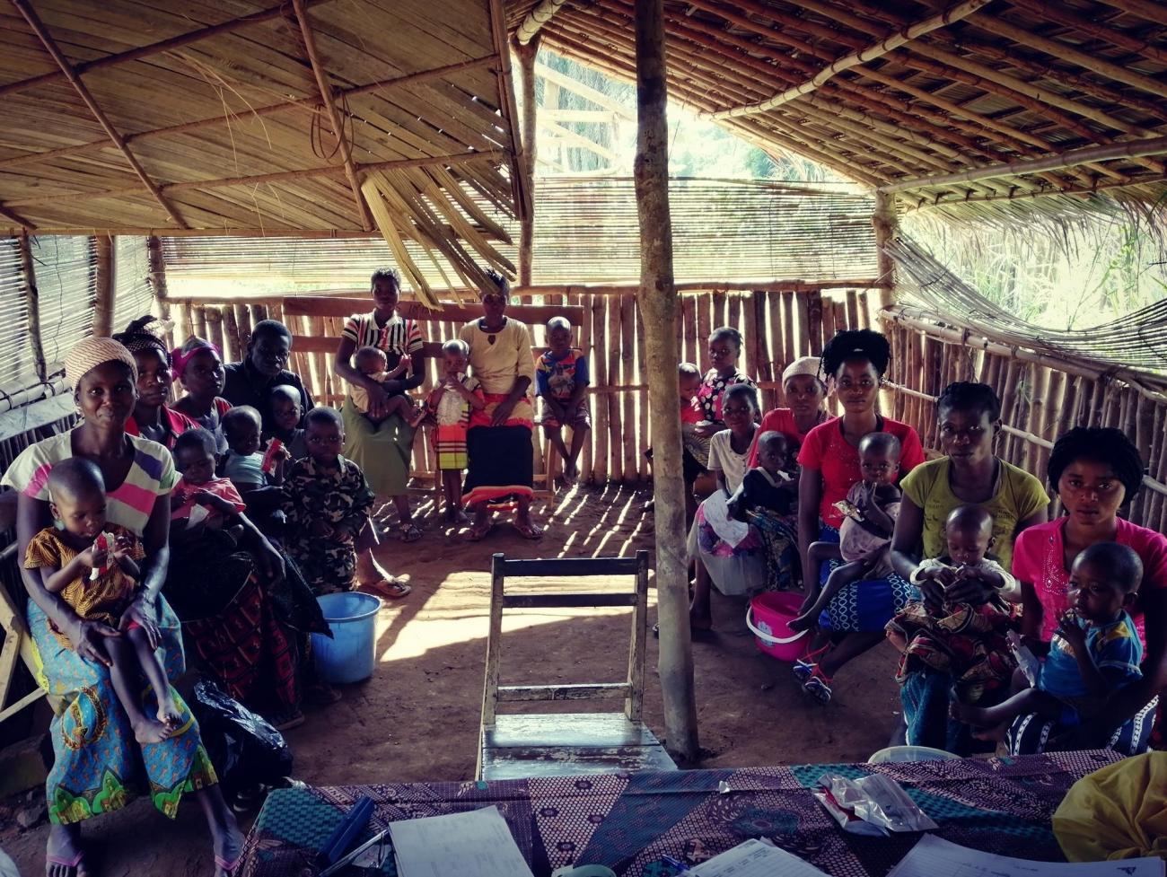 Les mères du village d'Imbo attendent leur tour pour un suivi hebdomadaire de la situation de leurs enfants dans le cadre du programme nutritionnel MSF mis en place lors de la flambée de rougeole.  © MSF/