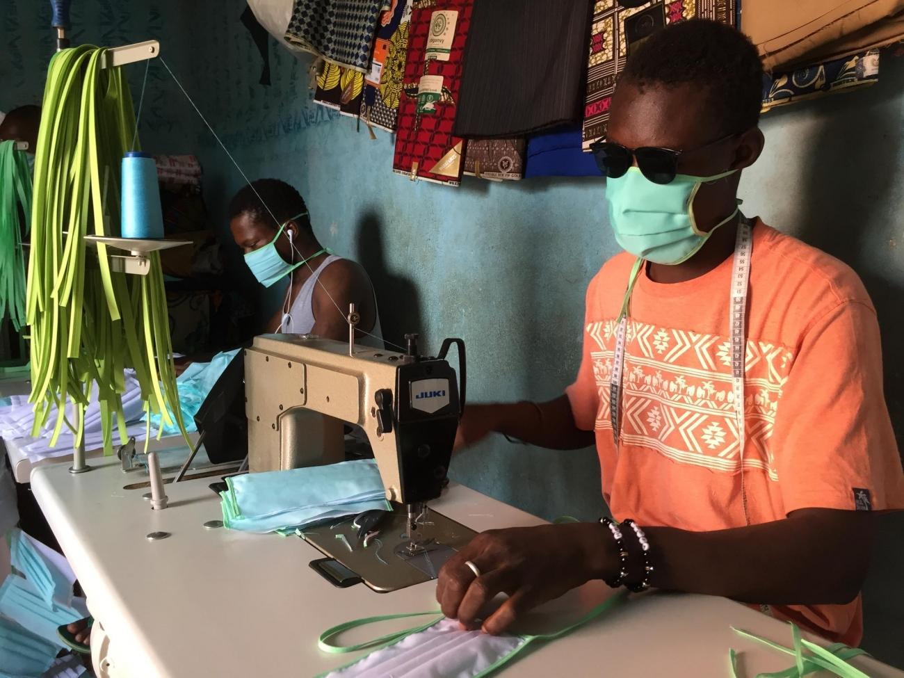 Fabrication de masques dans un atelier de couture à Bamako, Mali.  © Lamine Keita/MSF