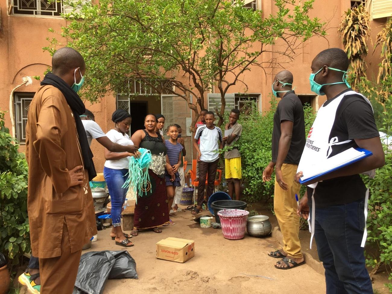 Une famille de Bamako reçoit des masques lavables et du savon pour se protéger contre le coronavirus.  © Lamine Keita/MSF