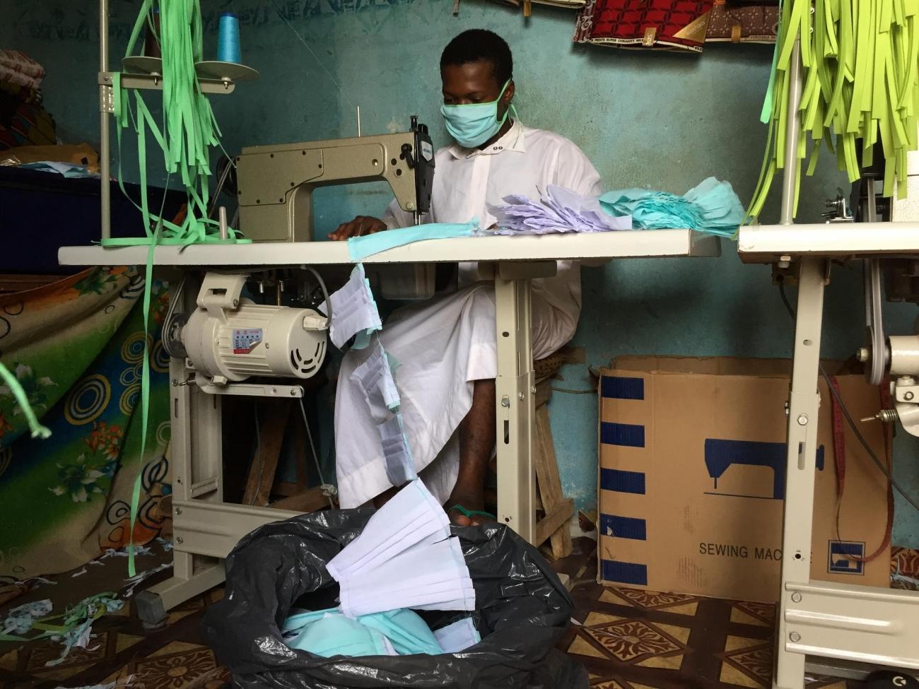 Un tailleur dans un atelier de couture de Bamako, en train de fabriquer des masques lavables pour MSF. 1 500 masques sont réalisés chaque jour.  © Lamine Keita/MSF