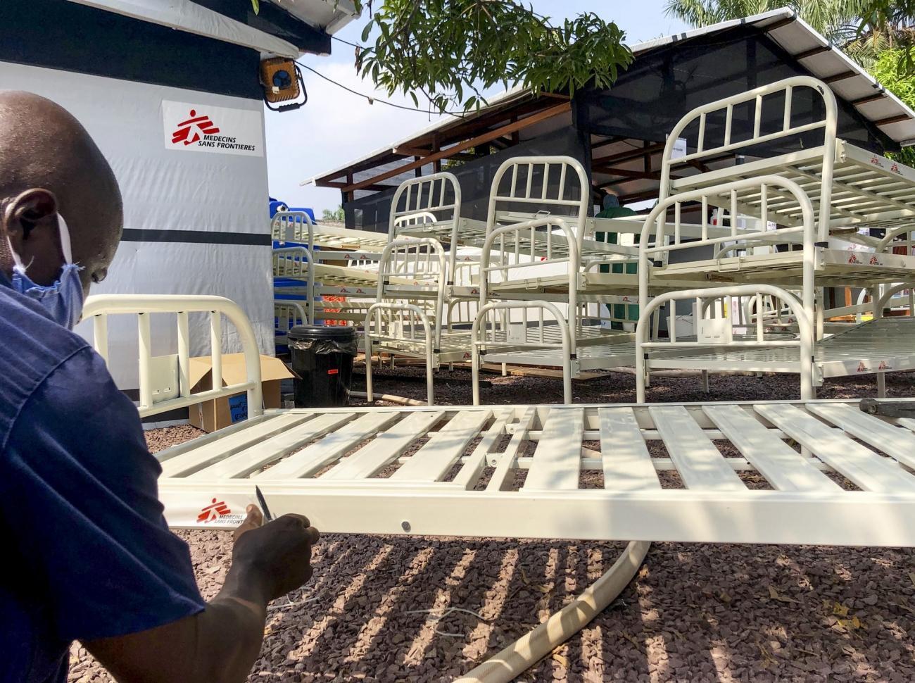 Un personnel MSF apporte des lits pour installer l'unité de traitement Covid dans l'hôpital Saint-Joseph. Mai 2020.  © MSF/Anne Boher