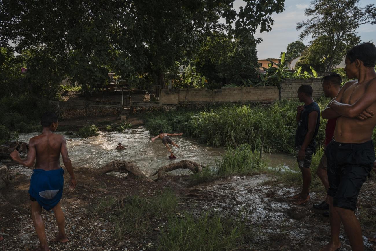 Dans la communauté de Brisas de Manantial, dans l'Etat d'Anzoategui, de nombreuses familles vivent dans des conditions précaires et peinent à accéder aux services de base.  © Adriana Loureiro Fernandez/MSF