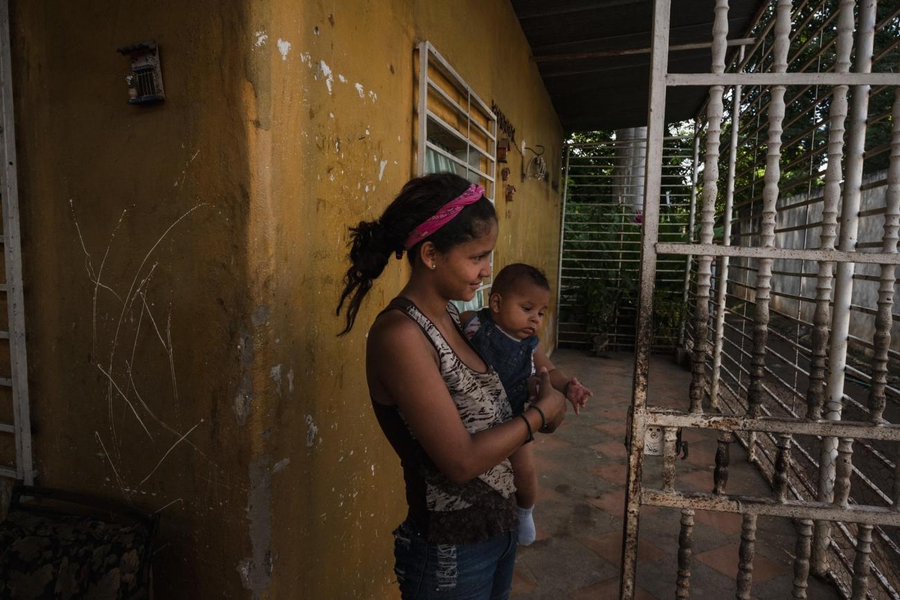 """Veronica vit au sein de la communauté """"La Quebrada"""", avec sa grand-mère et son bébé de 4 mois.  © Adriana Loureiro Fernandez/MSF"""