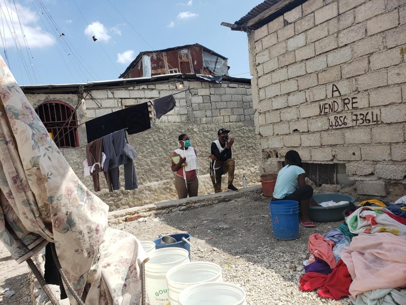 Les promoteurs de la santé de MSF sensibilisent aux mesures préventives liées à la Covid-19 à Martissant, un quartier de la capitale Port-au-Prince  © MSF/Lunos Saint-Brave