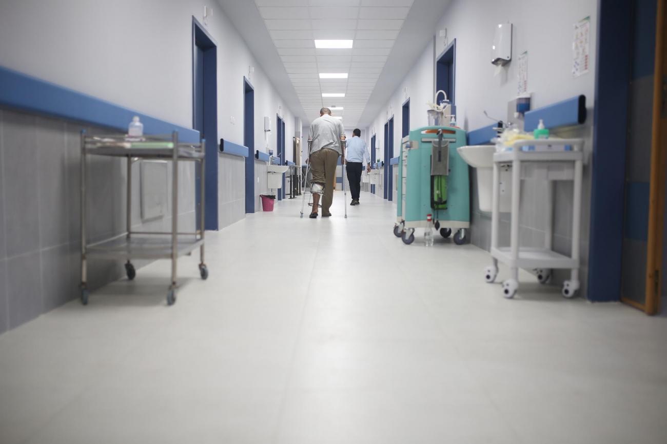 Un patient déambule dans les couloirs de la nouvelle unité chirurgicale de MSF à l'hôpital Nasser de Khan Younès, Gaza, août 2020.  © Lyad Alasttal/MSF