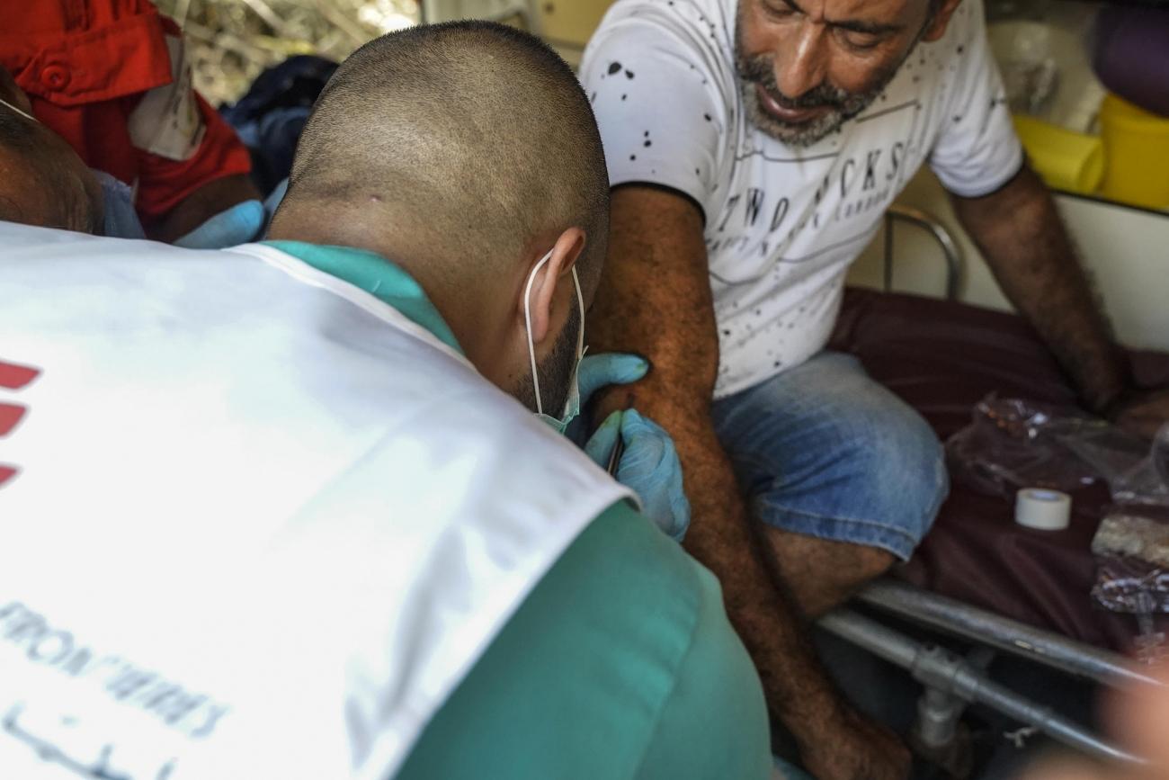 Abdo a été blessé en sortant de chez lui avec sa fille au moment des explosions. Il vient au point médical MSF pour soigner ses blessures.  © Mohamad Cheblak/MSF