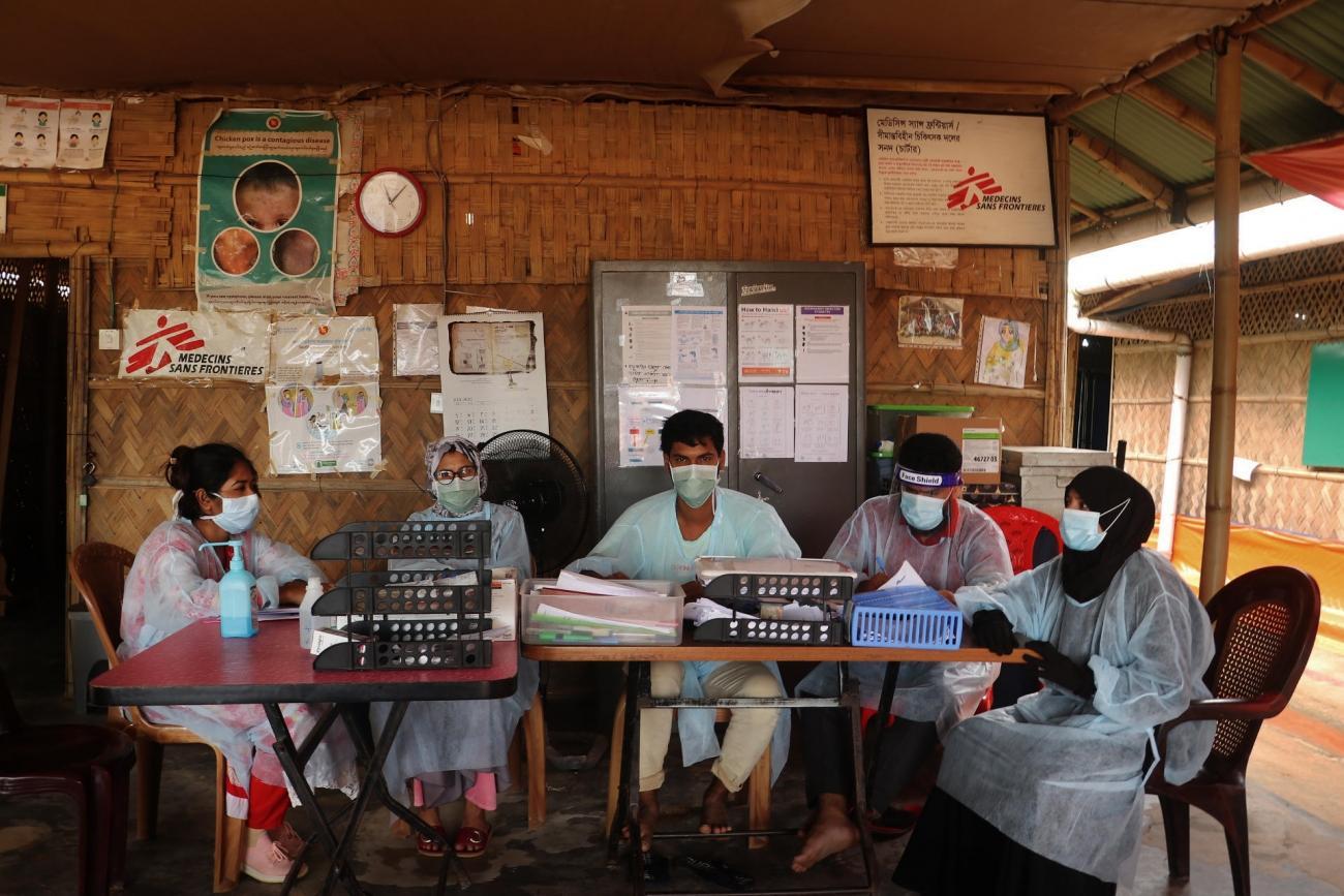 Le personnel médical MSF dans la salle d'attente des urgences de son hôpitalde Goyalmara à Cox's Bazar.  © Hasnat Sohan/MSF