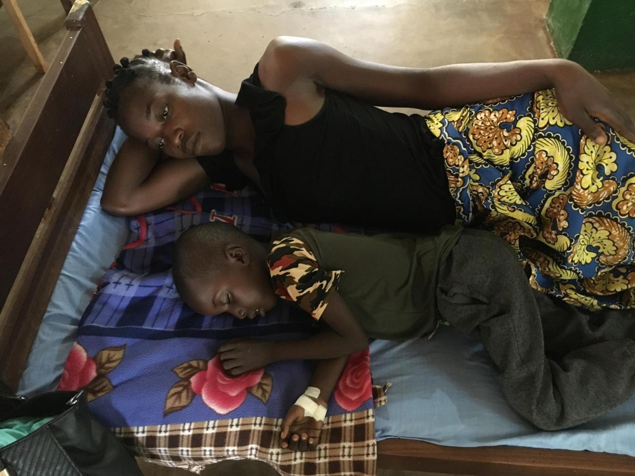 Chancella Gbtoum avec son fils de cinq ans, Yakota Abbias, atteint de la forme sévère du paludisme et pris en charge par MSF à l'hôpital de Batangafo, en République centrafricaine.  © Lorène Giorgis/MSF