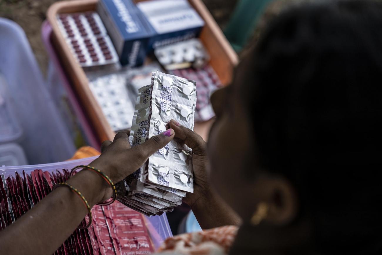 Une pharmacienne déballe les médicaments contre la tuberculose lors d'une clinique mobile. Le traitement de la TB-MDR comporte la prise d'environ 14 000 comprimés sur une période pouvant allant jusqu'à deux ans. Septembre 2019.  © Tadeu Andre/MSF