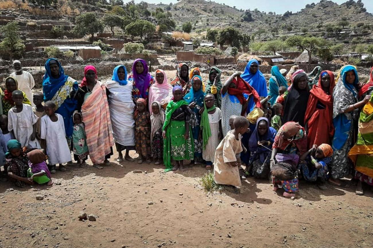 Des femmes et des enfants du village Umo accueillent l'équipe MSF dès son arrivée, le 30septembre 2020.  © MSF