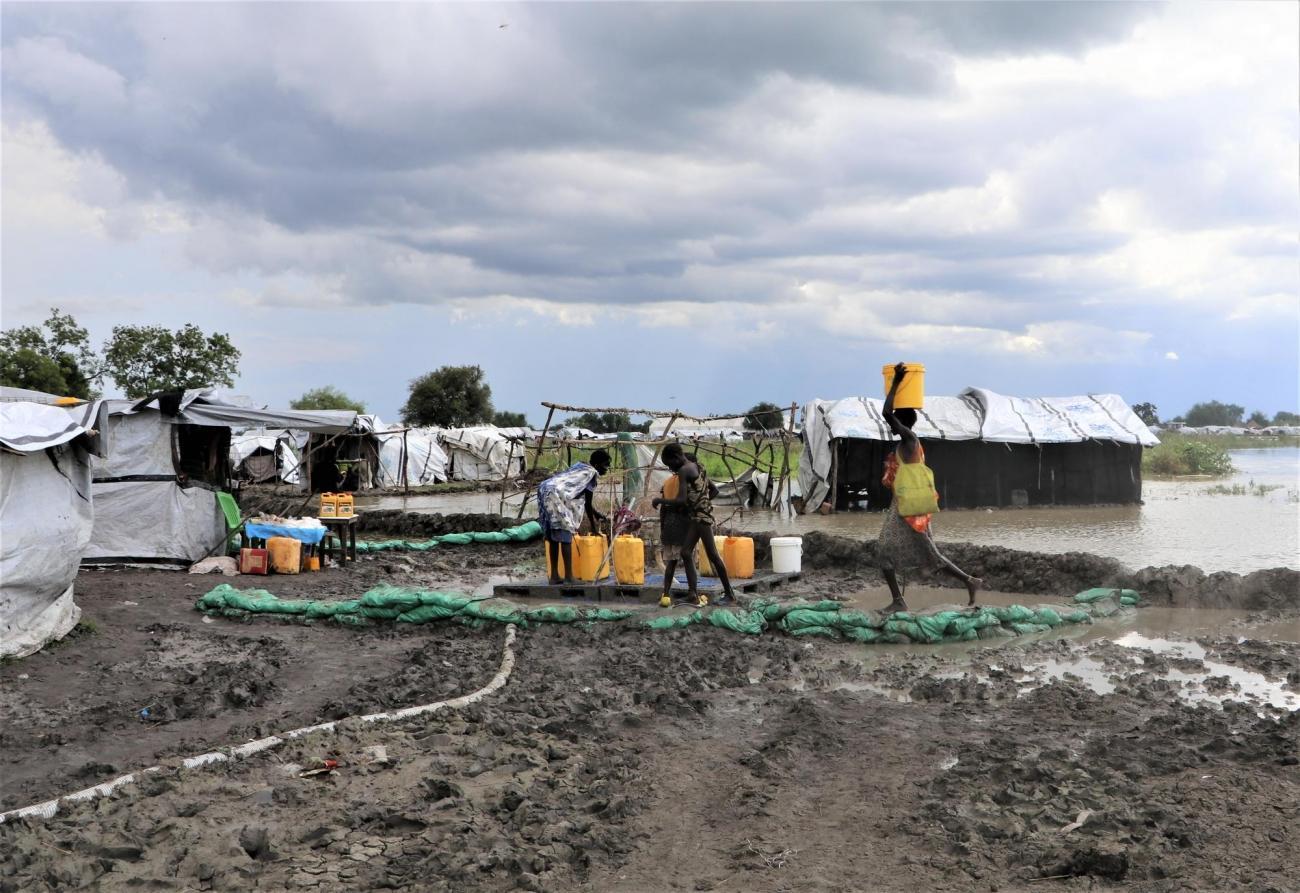 Des habitants de la ville de Pibor s'approvisionnent en eau. Pibor, octobre 2020.  © MSF/Tetiana Gaviuk