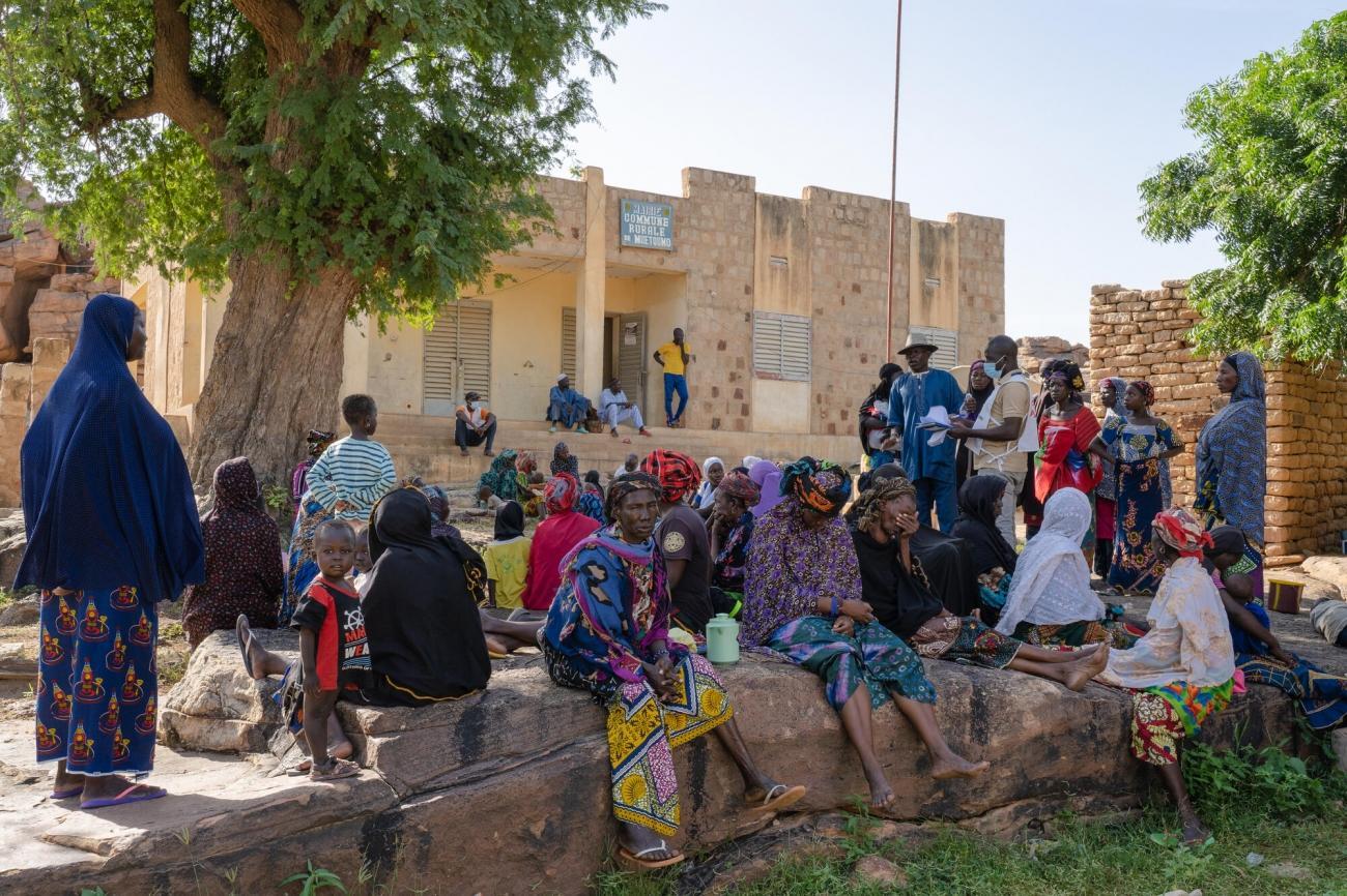 Des personnes déplacées par les violences attendent pour une consultation avec l'équipe médicale de MSF dans le cercle de Bandiagara.  © MSF/Mohamed Dayfour