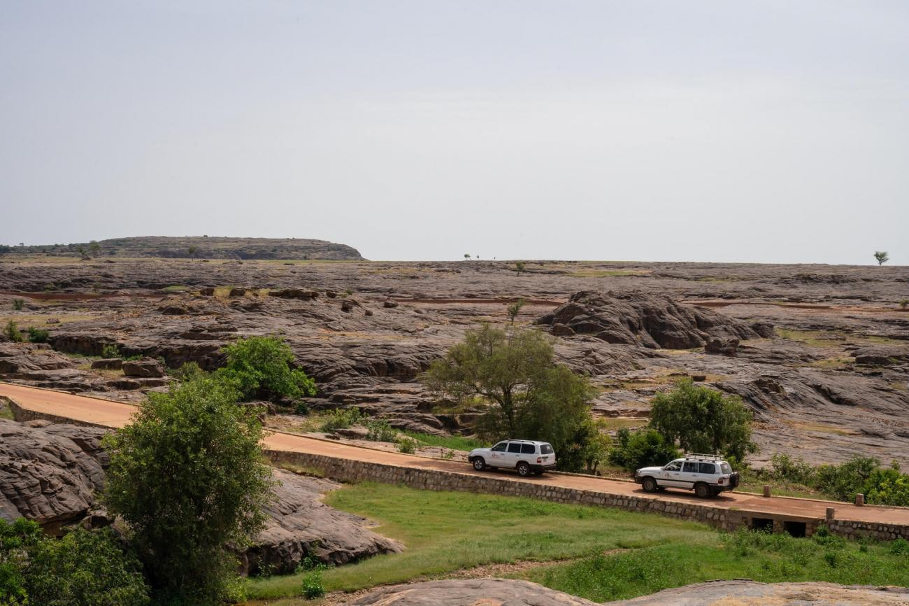 Deux véhicules se rendent dans le cercle de Koro, dans le centre du Mali.  © MSF/Mohamed Dayfour