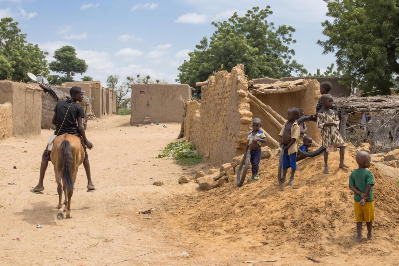 Des enfants jouent dans la rue, centre du Mali.  © MSF/Mohamed Dayfour