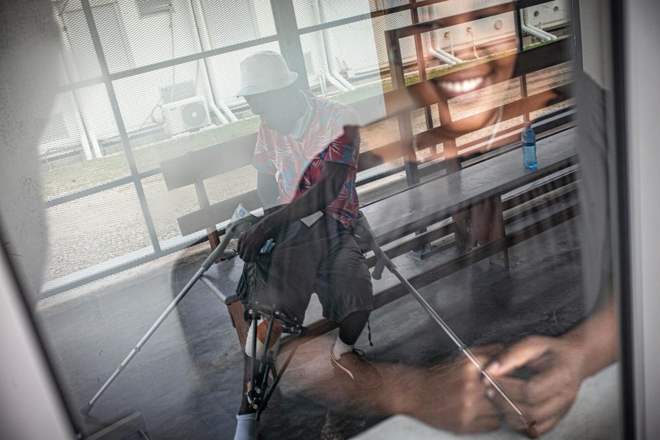 Un patient attend que l'on change ses pansements dans le service ambulatoire.  © Guillaume Binet/MYOP