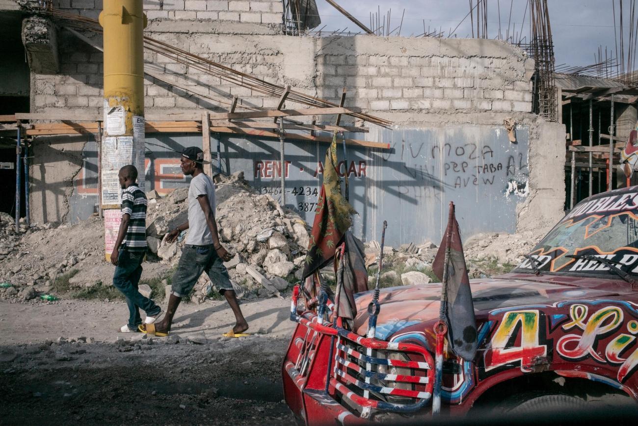 Dans les rues de Port-au-Prince sur le chemin de l'hôpital MSF de Tabarre, les routes sont pleines de «tap-tap» colorés, les taxis collectifs d'Haïti.  © Guillaume Binet/MYOP