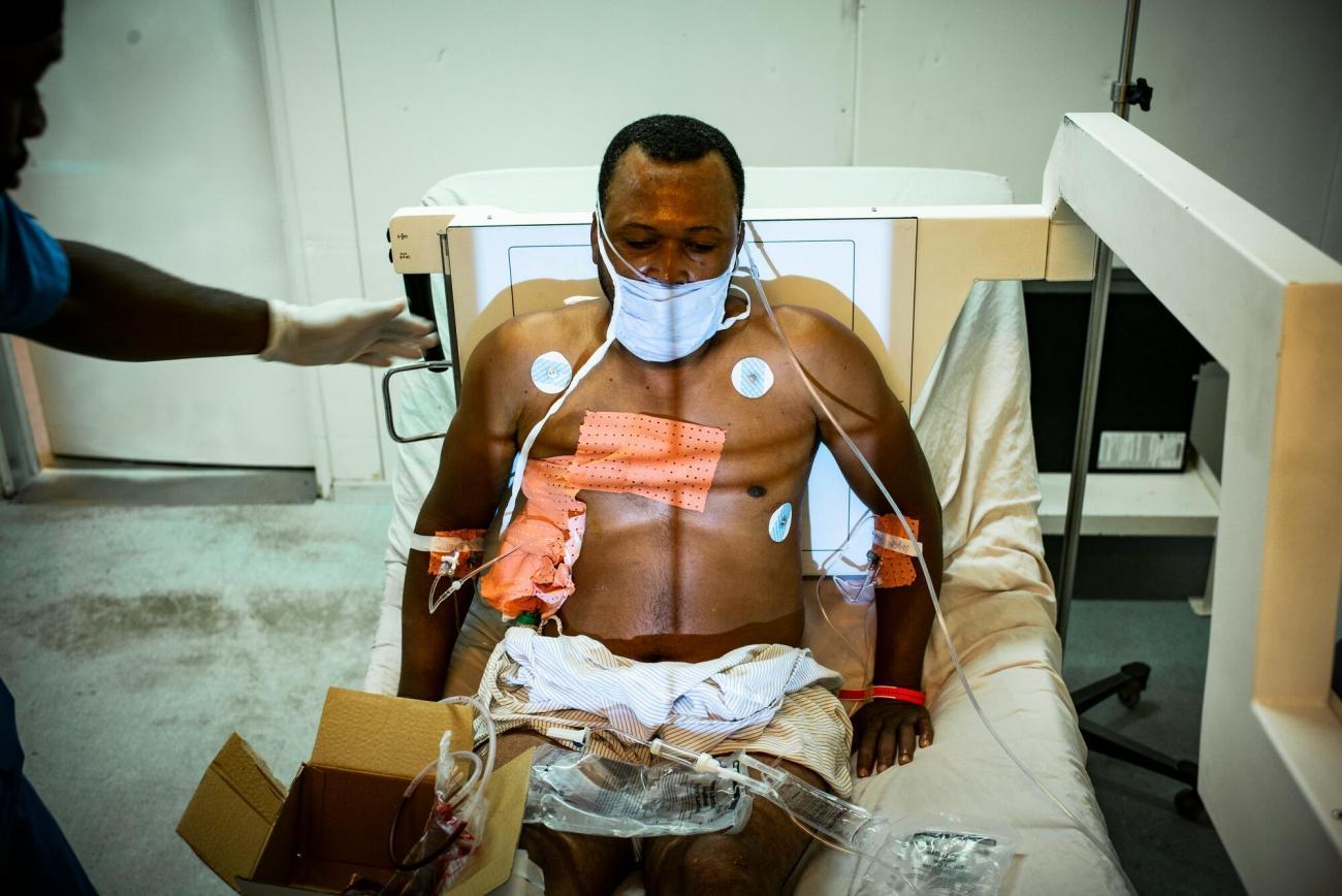 Un patient effectue une radio après avoir reçu une balle dans l'abdomen.  © Guillaume Binet/MYOP