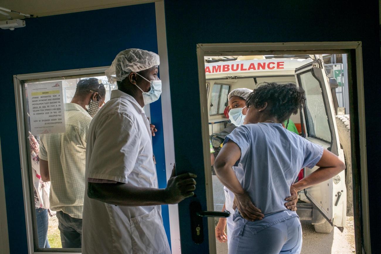 Arrivée d'une ambulance à l'hôpital MSF de Tabarre. De nombreux patients arrivent depuis le centre d'urgence MSF de Martissant ou d'autres établissements de santé publics.  © Guillaume Binet/MYOP
