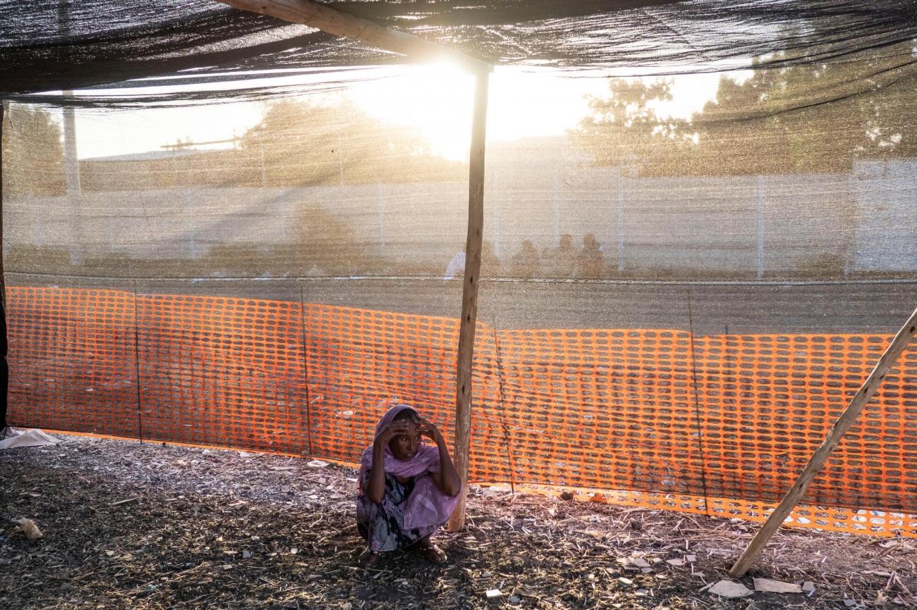 Une femme réfugiée, qui a fui les combats dans le Tigré, est assise dans la clinique MSF du camp de transit d'Al Hashaba, dans la région de Gedaref au Soudan, décembre 2020.  © Thomas Dworzak/Magnum Photos