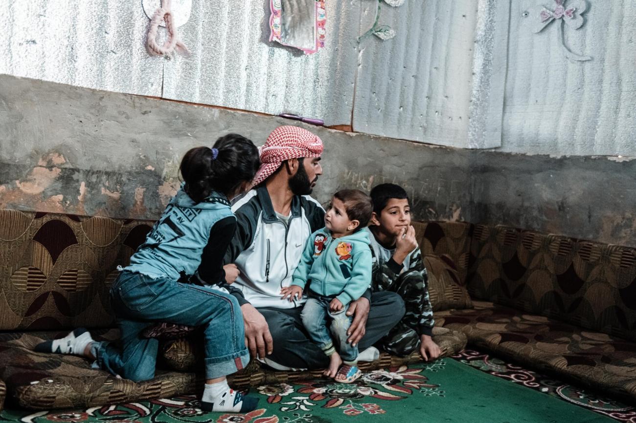 Ahmed vit avec ses trois enfants dans un abri de fortune, Liban. 2020. Karine Pierre/Hans Lucas for MSF / Instagram : @pics_stone
