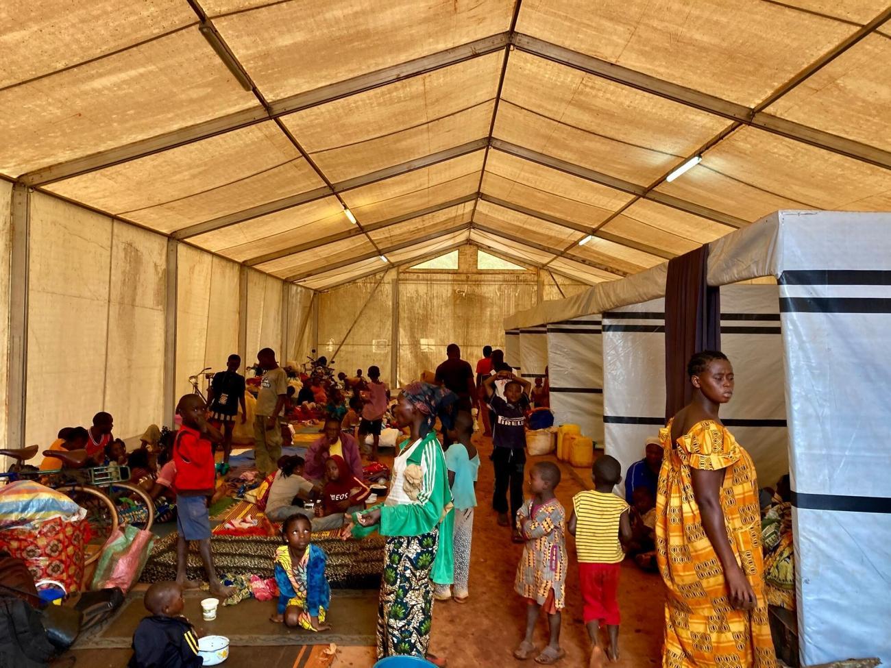 De nombreuses personnes se sont réfugiées à l'intérieur de l'hôpital régional universitaire de Bangassou soutenu par MSF après l'offensive armée contre la ville du 3 janvier 2021.  © Dale Koninckx/MSF