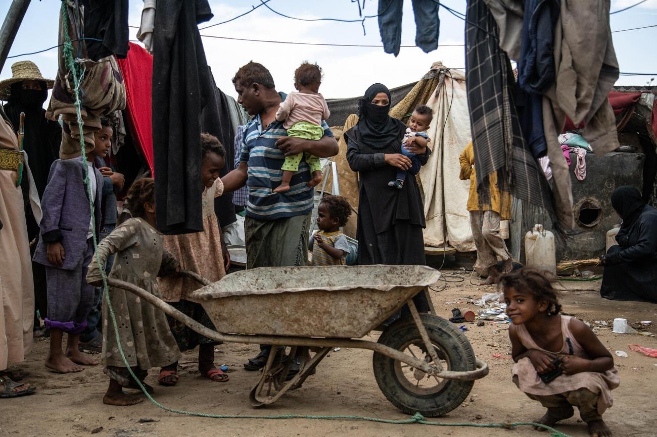 Mosabi et sa famille ont été déplacés de Harad, près de la frontière saoudienne, quelques mois après le début de la guerre. Ils ont d'abord fui vers Hodeidah, puis sont retournés s'installer dans ce camp de Saada. Ville de Saada. Avril 2019.  © Agnes Varraine-Leca/MSF
