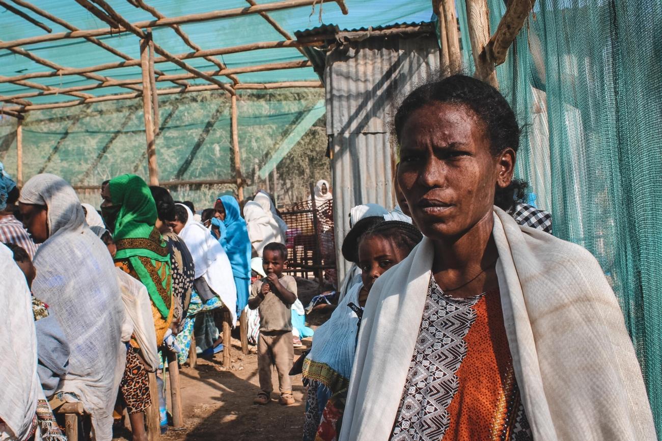 Dehab, 35 ans, attend pour une consultation à la clinique MSF installée dans une école primaire de la ville de Shire, dans la région du Tigré, février 2021.  © Claudia  Blume/MSF