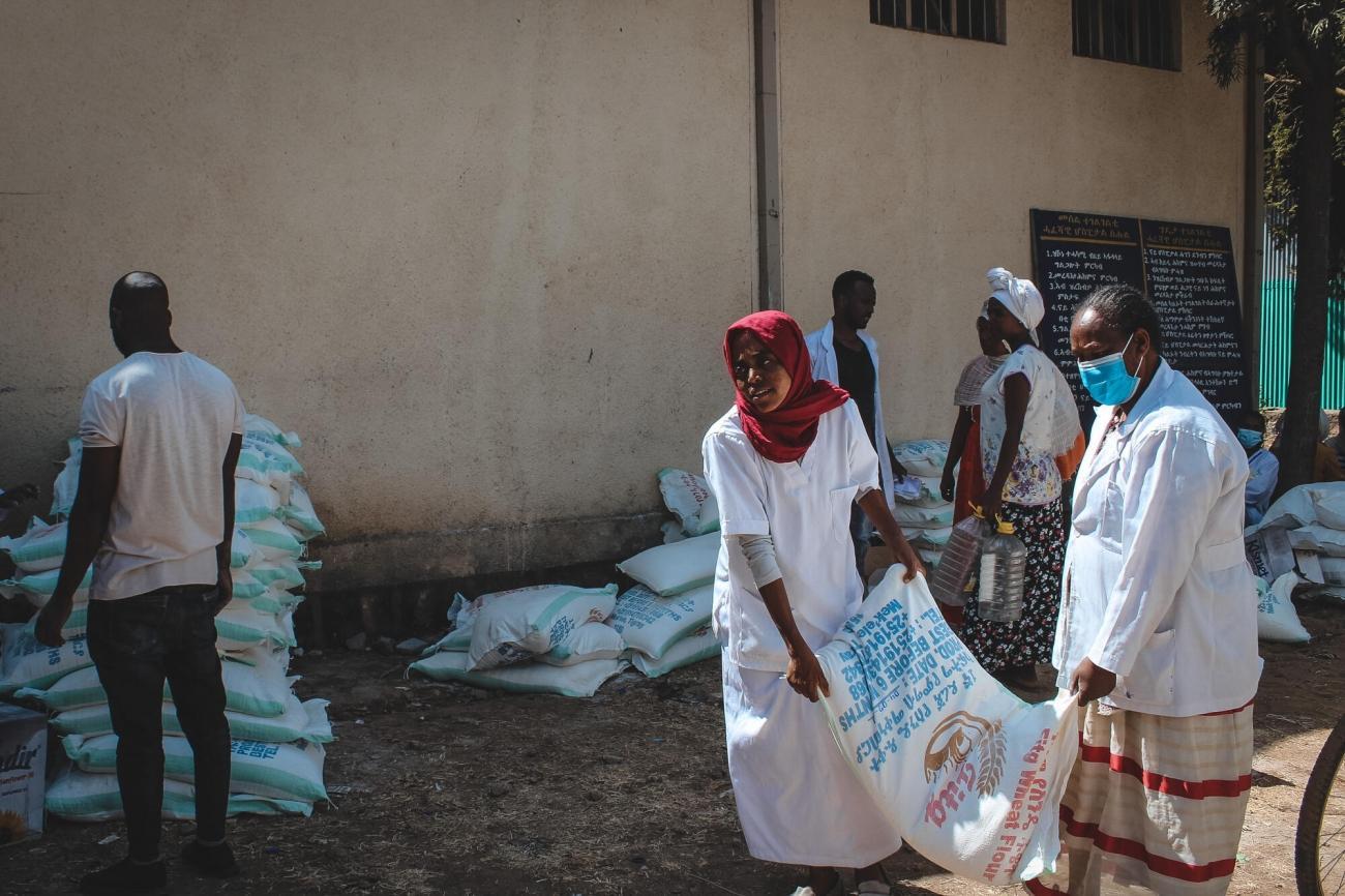 Le personnel de santé de l'hôpital de Shire est approvisionné en nourriture. Les employés n'ont reçu qu'un seul mois de salaire depuis novembre. Shire, février 2021.  © Claudia  Blume/MSF