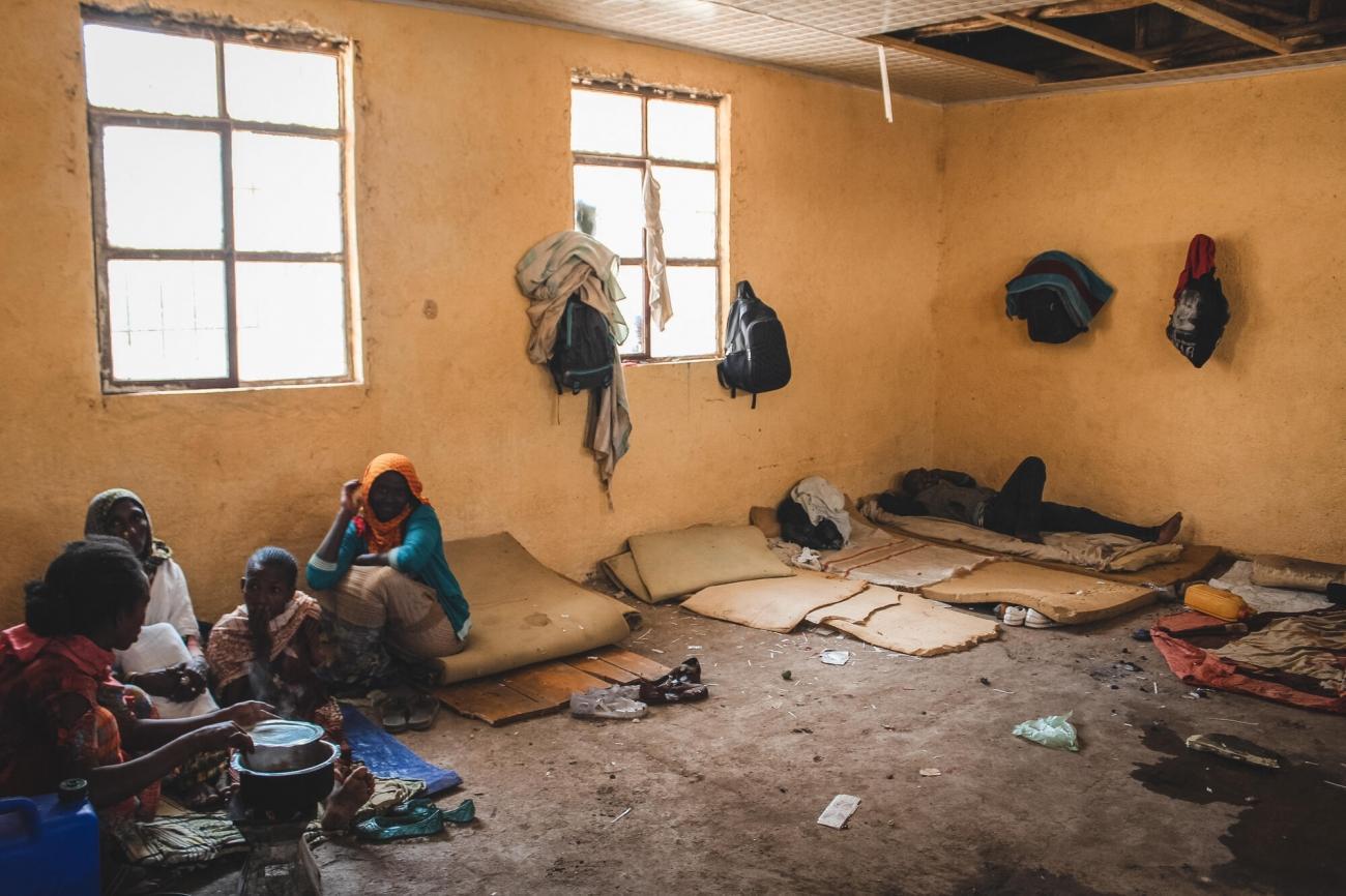Des personnes déplacées à cause des violences dans la région du Tigré vivent dans une école désaffectée, février 2021.  © Claudia  Blume/MSF