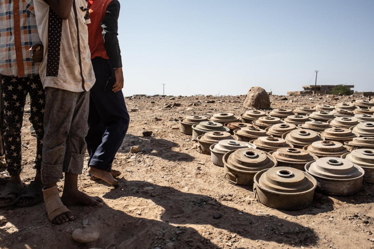Des mines antipersonnel désamorcées. Mawza est située dans le gouvernorat de Taïz, à 45 minutes de route à l'est de la ville de Mocha. C'est une région très pauvre et rurale, les gens dépendent de leur terre pour se nourrir et gagner de l'argent. La zone a été reprise du contrôle d'Ansar Allah par les forces fidèles au président Hadi, soutenues par la coalition dirigée par les Saoudiens et les Émirats, au début de l'année 2018. Les combats ont endommagé les champs et donc les moyens de subsistance des 13 000 habitants de Mawza. Alors que les troupes militaires se retiraient, des milliers de mines terrestres et d'engins explosifs improvisés (EEI) ont été placés dans la région.  © Agnes Varraine-Leca/MSF
