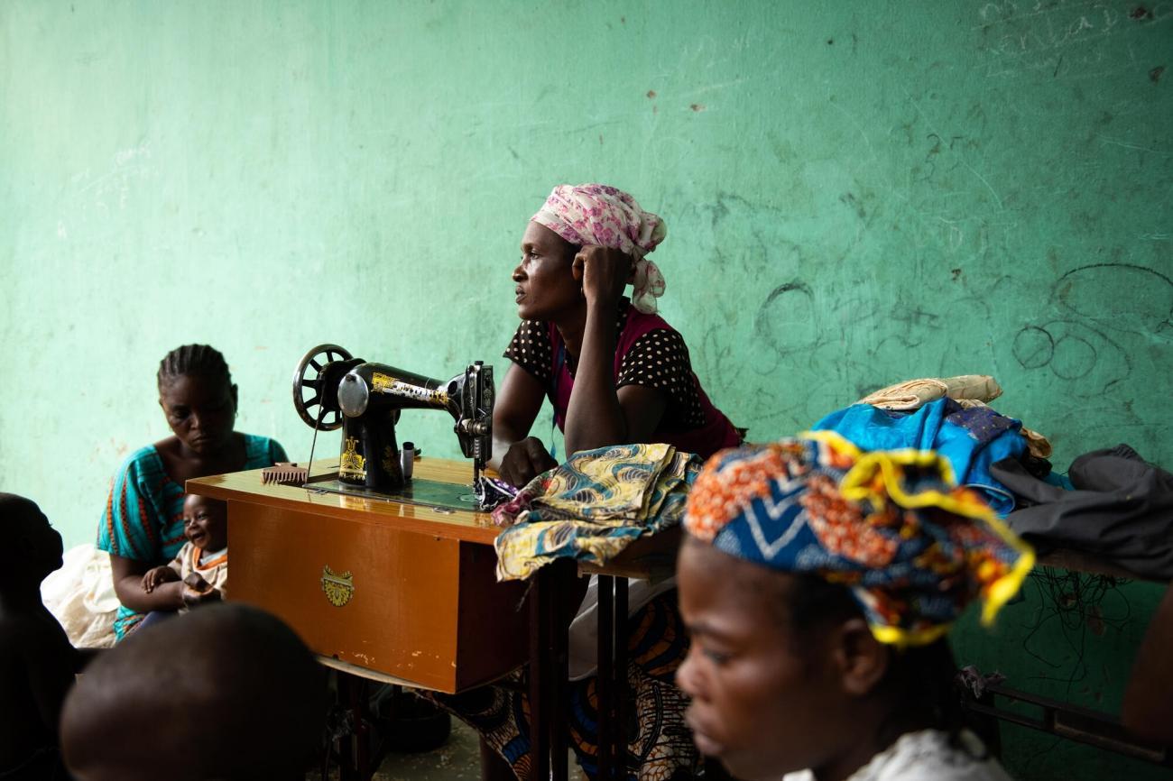 Deborah, 30 ans, est couturière dans le camp de déplacés d'Abagana, dans l'état de Benue au Nigeria, où MSF intervient auprès de 1700 personnes.  © Benedicte Kurzen/NOOR