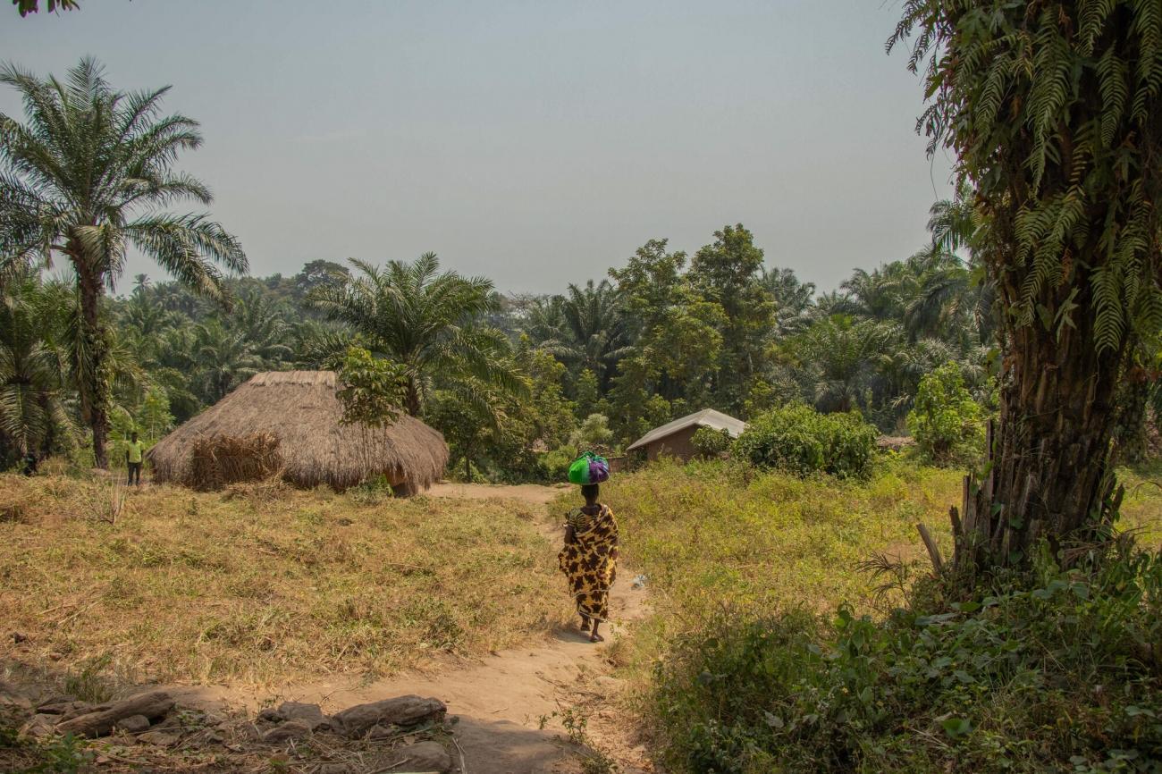 Une femme marche dans le camp de déplacés de Ramogi, en Ituri. République démocratique du Congo, janvier 2020.  © Solen Mourlon/MSF