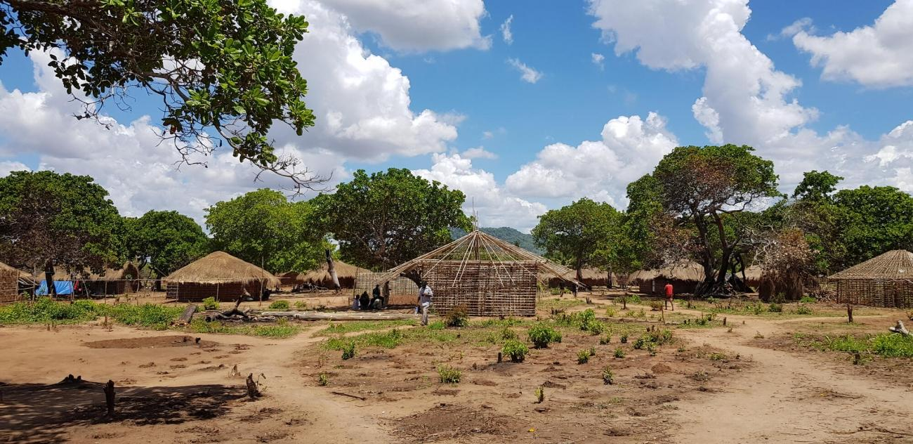 Vue générale d'un camp de personnes déplacées fuyant les violences dans la province de Cabo Delgado, au Mozambique, décembre 2020.  © Amanda Furtado Bergman
