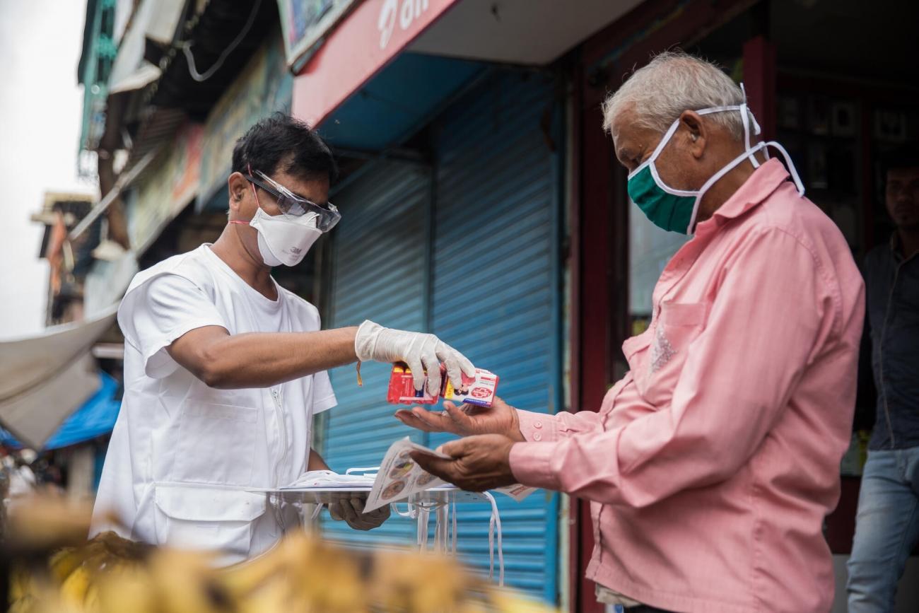 L'éducateur en santé communautaire, Ganpat, lors des activités de promotion de la santé menées par MSF dans les bidonvilles de Govandi à Mumbai, afin de prévenir la propagation de la Covid-19. Août 2020.  © Abhinav Chatterjee/MSF