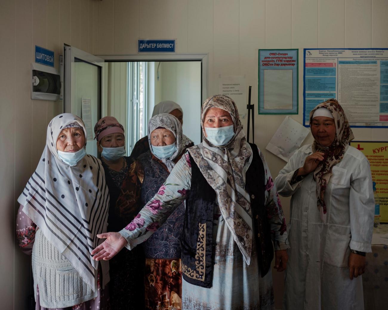 Un groupe de femmesréagit à une question posée sur le conflit.  © Maxime Fossat
