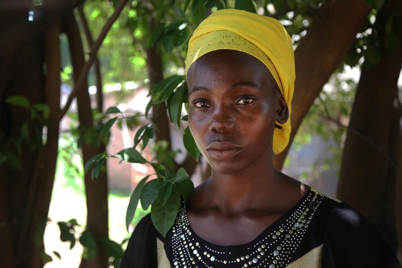 Tanguina Chela, 25 ans, a été forcée de fuir son domicile et vit désormais dans la ville de Kabo. © Igor Barbero/MSF