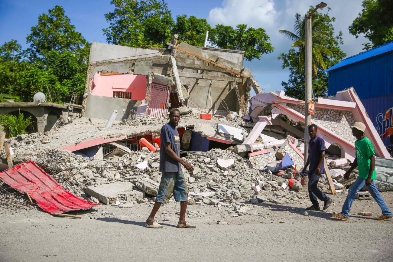 Maisons et bâtiments détruits dans les rues de la ville des Cayes.  © Steven Aristil