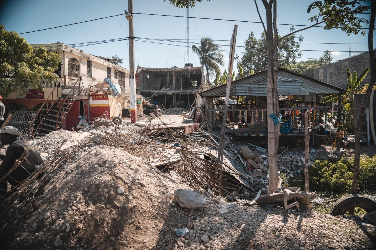 De nombreux bâtiments ont été détruits ou endommagés aux Cayes lors du séisme qui s'est produit le 14 août. Haïti. 2021.    © Pierre Fromentin/MSF