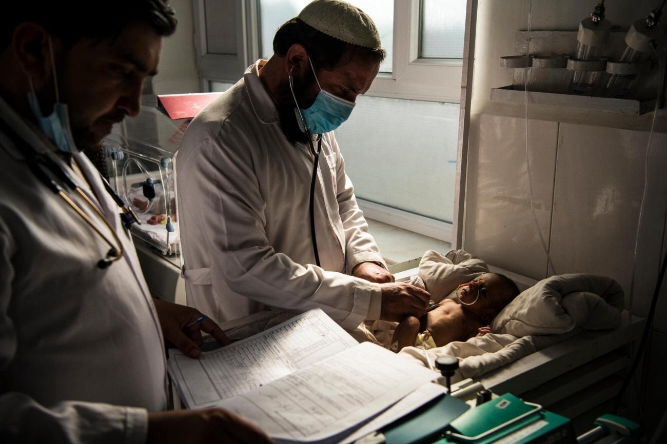 Des pédiatres examinent un bébé dans l'unité de soins intensifs néonatals de l'hôpital de Boost à Lashkar Gah. Afghanistan. 2020.  © Andrew Quilty