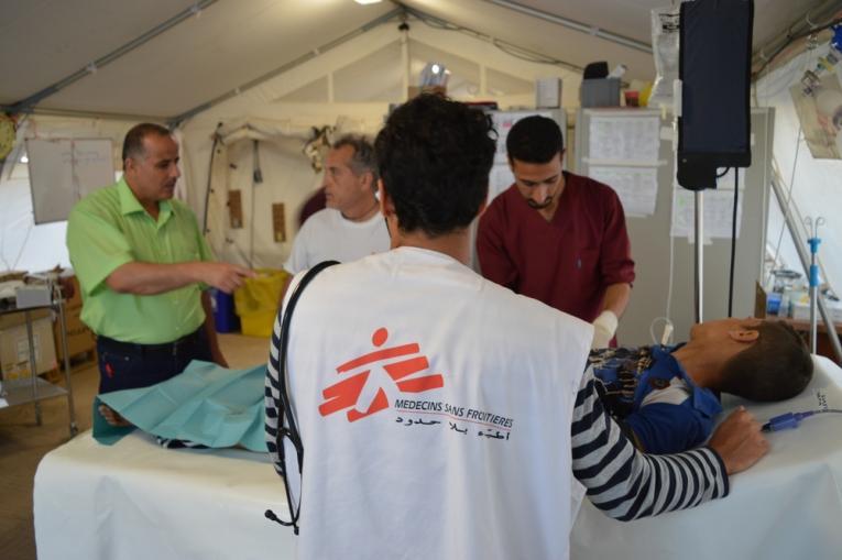 Traitement d'un patient dans l'hôpital de traumatologie sur le terrain de MSF, à Hammam al-Alil, au sud de Mossoul. Avril 2017.  © Francois Dumont/MSF