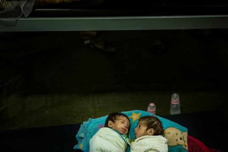 Eman et Maryam, jumelle de 6 mois, de l'ouest de Mossoul, souffrant de malnutrition. Mai 2017.  © Hussein Amri/MSF