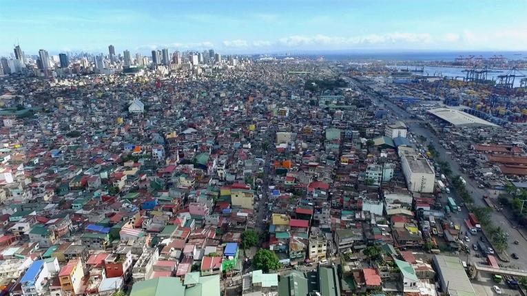Vue de drone de Manille avec Tondo au premier plan. A droite, le port.